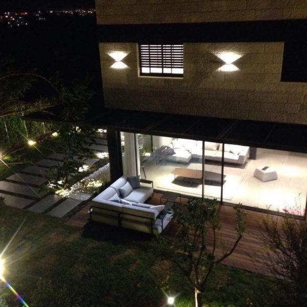 בית פרטי מוקף גינה בהר אדר בלילה