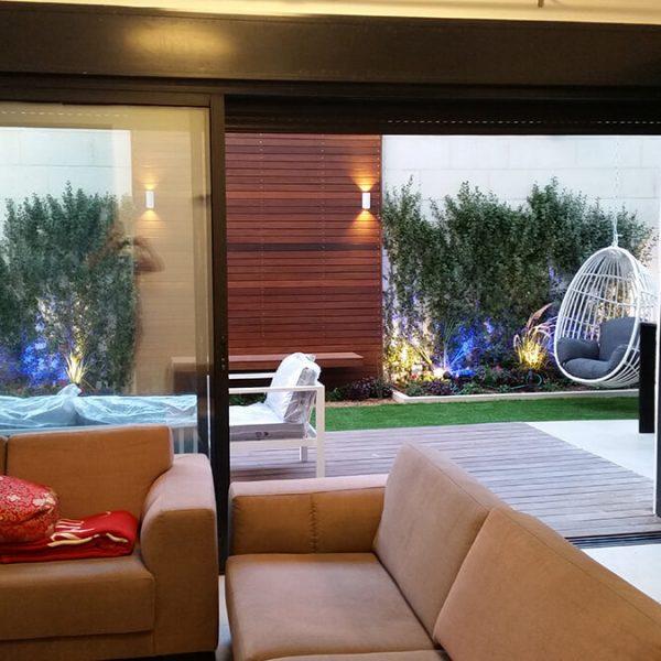 עיצוב גינה בדירת קרקע נוף מהסלון